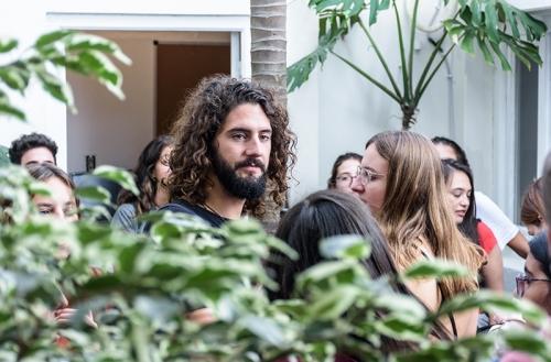 Los estudiantes en el patio interior