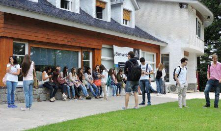 La puerta universitaria del camino a la adultez. Reflexiones ante el ingreso de una nueva generación de estudiantes de Medicina. Por Humberto Correa